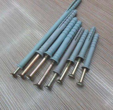 Mbërthejeni vidhosjen me tub zgjerues plug-plastik në mur